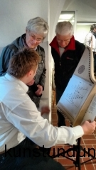 Matthias Schubert erklärt die Veeh-Harfe